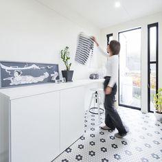 ランドリールーム。清潔感のある白と黒を基調として、シンプルな空間。フロアのアクセントも効いてます!!  #グランハウス#岐阜#愛知#設計事務所  #ランドリールーム#洗面#洗濯室#注文住宅  #ランドリースペース#pid#サンルーム#間取り  #明るい家#モノトーンインテリア #モノトーン  #インテリア#モノトーン雑貨モノトーンカラー  #物干しスペース#造作収納#家づくり  #おしゃれ雑貨#おしゃれな家#マイホーム記録