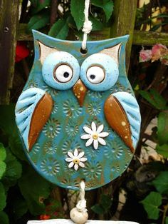 …eine hübsche Eule als Windspiel… die Kombination von Treibholz und Keramik… … a pretty owl as a wind chime … the combination of driftwood and ceramics is always a nice connection … Length in total about Owl Clay Art Projects, Polymer Clay Projects, Polymer Clay Owl, Cerámica Ideas, Pottery Courses, Pottery Store, Clay Birds, Ceramic Birds, Clay Ornaments