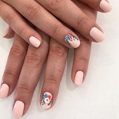 Summer Floral Color: essie – Satin Slippers See other ideas and pictures from the category menu…. Faneks healthy and active life ideas Spring Nail Trends, Spring Nails, Nail Summer, Trendy Nails, Cute Nails, Hair And Nails, My Nails, Essie, Short Nail Designs
