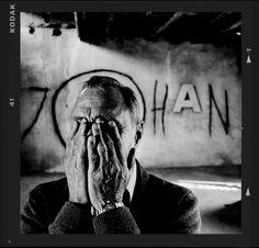 Ter ere van zijn 65e verjaardag werd Johan Cruijff vereeuwigd door Anton Corbijn. Mooie portretten in de zo kenmerkende Corbijn-sfeer. Over de bestuurlijke kwaliteiten van JC valt te twisten, maar het feit dat de foto's schitterend zijn staat buiten kijf.