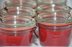 Jam zonder suiker maken kan zeker. Ik zal je eerst even uitleggen hoe jam gemaakt wordt en waarom je op een bepaalde manier moet werken als je jam zonder suiker maakt.  Pectine zorgt ervoor dat de jam dik wordt. Suiker zorgt ervoor dat jam bewaard kan worden. Geleisuiker (confituursuiker), wat je Dutch Recipes, Raw Food Recipes, Monkey Jam, Sugar Free Strawberry Jam, Good Food, Yummy Food, Sweet Sauce, Paleo Breakfast, I Foods