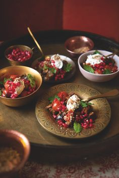 Aubergine shawarma with garlic and thyme labneh, dukkah and pomegranat - Foodie travel Veggie Recipes, Vegetarian Recipes, Healthy Recipes, Veggie Food, Pomegranate Molasses Dressing, Shawarma Spices, Food And Travel Magazine, Spiced Cauliflower, Lunch To Go