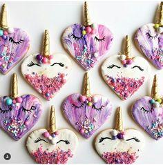 Biscoitos com formato de coração com chifres de unicórnio.
