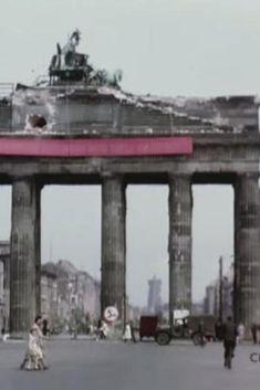 Berlin 1945 Das Brandenburger Tor und das Rote Rathaus im Hintergrund.