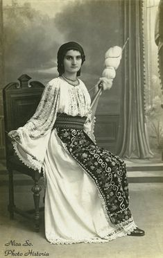 Folk Embroidery, Traditional Dresses, Weaving, Costumes, Painting, Inspiration, Romania, Women, Spin