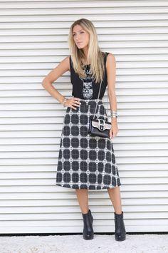 Nati Vozza do Blog de Moda Glam4You usa look com saia midi e botinha.