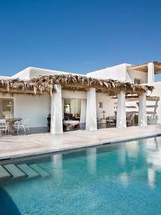 Les propriétaires de cette maison à Ibiza ont cherché à conserver le style typique des maisons de l'arrière pays de l'île, mélange de simplicité et de fraîcheur, de murs blancs et de bo…