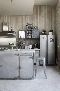 Une cuisine grise au mobilier détourné
