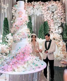 Bolo Grande, Extravagant Wedding Cakes, Bridesmaid Dresses, Wedding Dresses, Cake Art, Beautiful Cakes, Table Decorations, Party, Instagram Posts