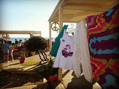 Che tipi da spiaggia siete? Pareo o vestito? Shorts o mini? Infradito o espadrillas? Per tutti voi, amanti del mare e di un #easystyle da spiaggia, ecco il mercatino del #DumDumRepublic! 😎 #paestum #vintagemarket #onthebeach #merchandise #dumdumstyle