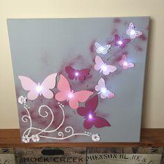 Toile Lumineuse Thème Envolée de papillon 40 x 40 cm, fond gris, papillons différents tons de rose (en papier), 10 led blanche Guirlande LED à piles et interrupteur, pas de - 18601084