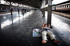 Thaïlande, Bangkok - un homme endormi par terre sur le quai de la gare Hualamphong Bangkok, Sleeping Man, Train Station, Outer Space