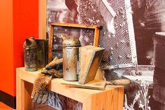 Gli #attrezzi del mestiere. L'#apicoltore negli anni ha affinato la #tecnica e ottimizzato gli #utensili per lavorare con le #api. Alcuni #apicoltori utilizzano tutt'oggi gli #strumenti storici. #TrentinoWow, #TrentinoFamily, #GuestCard.
