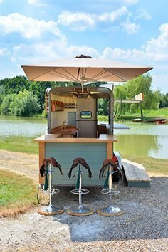 The Horse And Saddle mobile horse trailer bar. Available to hire from Okehurst Design & Engineering. Catering Trailer, Food Trailer, Catering Van, Mobile Food Cart, Mobile Bar, Food Trucks, Converted Horse Trailer, Horse Box Conversion, Mobile Restaurant