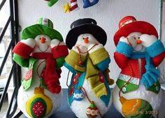 Haz estos lindos muñecos de nieve y pingüinos navideños con moldes   Estamos en plena temporada navideña y queremos darte algunas ideas de m... Felt Snowman, Snowman Crafts, Christmas Snowman, Christmas Crafts, Xmas, Felt Christmas Decorations, Holiday Ornaments, Handmade Crafts, Diy Crafts