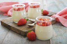 Truskawkowa panna cotta, przepis: http://www.weranda.pl/styl-zycia-new/przepisy-kulinarne/truskawkowa-panna-cotta #panacota #pannacota #pannacotta #deser #słodkie #biały #czerwony #różowy #słodycze #gotowanie #mistrz #kuchnia #kitchen #sweet #dessert #strawberries