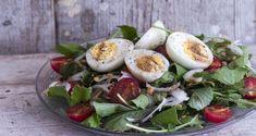 Σαλάτα με φακές και αυγά από τον Άκη Πετρετζίκη. Μία δροσιστική, αρωματική και υγιεινή σαλάτα εύκολη και γρήγορη. Μπορεί να σερβιριστεί και σαν κυρίως πιάτο.