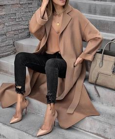 30 different cozy, warm and fuzzy fall & winter outfits to inspire your fall and winter glam. From boots to knitted sweaters there's something for everyone. Mode Outfits, Casual Outfits, Fashion Outfits, Womens Fashion, Fashion Trends, Fashion Styles, Fashion Tips, Looks Chic, Looks Style