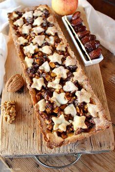 Crostate e torte di mele, sono le mie preferite, se poi come nella ricetta di oggi, preparo una crostata speziata alle mele, noci e datteri, allora ho racchiuso in un dolce, tutto quello che amo di pi