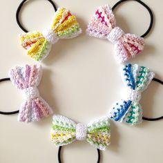ご覧いただきまして、ありがとうございます!ひとつひとつ丁寧に手編みで仕上げた、リボンのヘアゴム♪ 材料の糸のカラー・素材・編み方にも様々な種類を用いて変化をつけて編んだ、表情のあるボーダー柄が魅力です(*^^*)爽やかで可愛いパステルカラーの配色でお作りしました☆春夏シーズンのファッションにぴったりです!カラーバリエーションは5種類をご用意。 写真をご覧いただき、ご注文の際は、備考欄にご希望のアルファベットを必ずご記入いただきますよう、お願い致しますm(_ _)mA:ピンク B:ブルー C:グリーン D:パープル E:イエローりぼんのサイズは、約6.5cm×4cm。素材はコットン100%です。*おことわり*作品は、ひとつひとつ心を込めて丁寧にお作りいたしておりますが、ハンドメイドゆえ多少のズレやゆがみなどがあるかもしれません。どうか、手作りのあたたかみとご理解いただいた上で、ご注文いただけたら幸いです。作品について何か気になる事がございましたら、ご注文前にお気軽にご連絡下さいませ。
