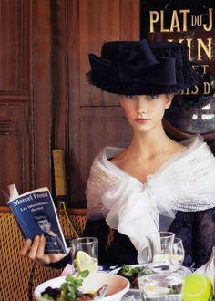 Karlie Kloss by Arthur Elgort for Vogue US October 2009 in Christian Lacroix reading Marcel Proust in Paris Marcel Proust, Parisienne Chic, Foto Fashion, Fashion Models, Vogue Us, Moda Vintage, Vintage Glam, Vintage Style, Elegant Woman
