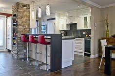 Cuisines contemporaines- Signature Cuisines AC  - Combination couleurs plan travail, carrelages, meubles et parquet
