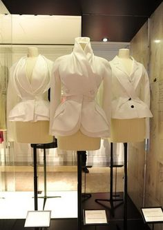 """""""The Dior Bar Jacket"""" Exhibition Hits Beijing Dior Couture, Couture Sewing, Couture Details, Fashion Details, Fashion Design, Vintage Couture, Vintage Fashion, Moda Peru, New Look Jackets"""