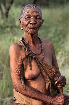 A 'Bushmen' or 'San' woman. Hunter-gatherers, the San claim the Kalahari desert as their home. We Are The World, People Of The World, Kinds Of People, Chobe National Park, African Tribes, African Art, Hunter Gatherer, Tribal Women, Wise Women