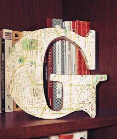 Instruciones y fotografias del paso a paso para realizar una letra decorativa en cartón forrada con papel.