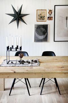 Zwarte Vitra Eames DSW stoelen. Past helemaal bij de kerst.