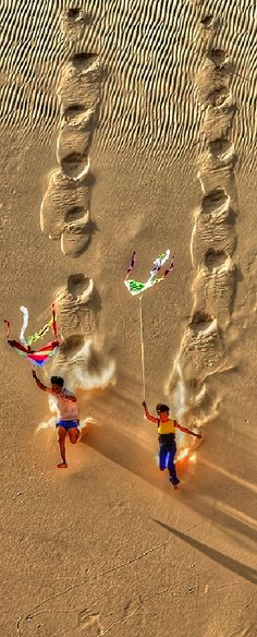 Flying Kite in Desert :: [A1 Pictures]