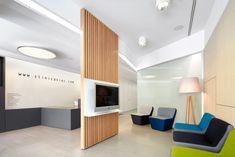 Интерьер стоматологической клиники: яркие диванчики