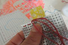 Porte clefs en vinyle laqué perforé (activité enfant) - Titoubrun et les CroCrodiles ... Fil Dmc, Couture, Cross Stitch, Embroidery Needles, Embroidery Thread, Making A Bow, Porte Clef