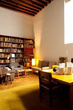 Insparitie voor zitruimte. Ingetogen lichtinval, rust, grote boekenkast ,A visit to Luis Barragan House