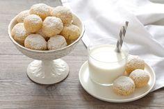 La ricetta dei biscotti al cocco è semplice e veloce! In meno di mezz'ora avrete a disposizione tanti biscotti morbidi e profumati, perfetti per la colazione o la merenda, provare per credere!