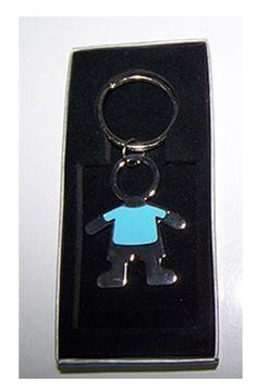 Detalles para invitados. Llavero metal esmaltado, niño camiseta azul. Se presenta en caja cartón plateada. Medida: 8,5 cm