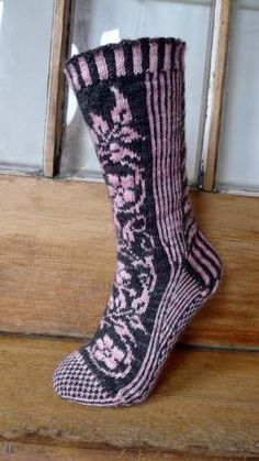 Floralia is a toe-up, stranded colour-work sock that uses just two yarns; one variegated and one almost solid. Pick two colours that contrast well with each other for maximum effect.