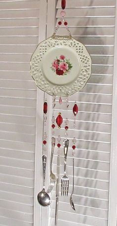 Formalitäten Victorian Rose Teller und Besteck Wind Chime – Victorian Lady hand… Formalities Victorian Rose Plate and Cutlery Wind Chime – Victorian Lady Handmade by PassingTimeandChimes We are very pleased Diy Projects To Try, Craft Projects, Carillons Diy, Diy And Crafts, Arts And Crafts, Diy Wind Chimes, Homemade Wind Chimes, Shell Wind Chimes, Ideias Diy