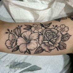 tattoo blume, schwarz graue blüten am oberarm, tattoos für frauen