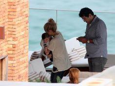 Shakira mima filho Milan em varanda de hotel no Rio de Janeiro Shakira foi fotografada cuidando do filho Milan na varanda do Hotel Fasano