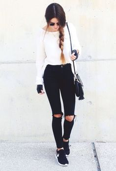 Aquest conjunt és molt adequat per anar a l'escola, és casual pero a la vegada és molt elegant. Com podem veure a la fotografía, combinem uns texans negres amb un jersey blanc y unes deportives negres de la marca Nike. Per complementar aquest conjut afegirem uns guants de color negre i una bossa.