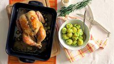 Pečené kuře není nuda! Když onějbudete hezky pečovat, odmění váskřupavou kůrčičkou ajemným, šťavnatým masem. Vyberte tonejlepší kuře, které simůžete dovolit, nešetřete máslem apodlévejte. Pakužstačí jenpáringrediencí amůžete servírovat lahodnou pečeni. Třeba stouhle voňavou, lehce navinulou šťávou solivami.