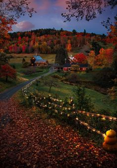 Woodstock in Vermont, USA. Woodstock is a town in Vermont. Historic buildings surrounding the central square, known as the Green, include the pink sandstone Norman Williams Public Library. Woodstock Vermont, Autumn Scenery, Autumn Nature, Autumn Garden, Autumn Aesthetic, Autumn Cozy, Shooting Photo, Fall Photos, Belle Photo