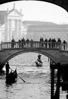 Qui son piegati i dorsi dei ponti. Col sole si divertono i raggi su onde. Qui come fantasmi col favor della notte Sui canali scivolano le gondole