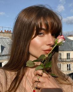 One of the most polarizing questions in hair care is whether or not you should get bangs. We all get nervous before going under the scissors, but it all co 1970s Hairstyles, Hairstyles With Bangs, Pretty Hairstyles, Female Hairstyles, Hairstyles 2018, Bridal Hairstyles, Shiny Hair, Dark Hair, Hair Inspo