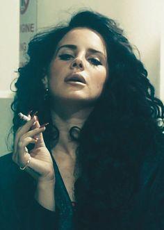 "Lana Del Ray - curls in ""Ride"" video"