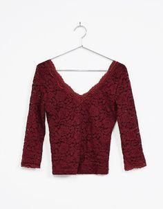 Camiseta blonda manga 3/4. Descubre ésta y muchas otras prendas en Bershka con nuevos productos cada semana