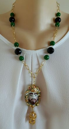 Collana testa moro ceramica Caltagirone, onice,giada verde e catena dorata Jewelry Art, Jewlery, Jewelry Design, Charm Braclets, Ceramic Jewelry, Tassel Necklace, Chain, Italian Pottery, Jewelry Making