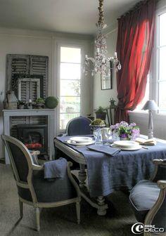 La table se dresse dans la salle à manger cosy avec du linge ancien teint en noir par Bénédicte Patin