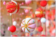温泉地としても人気の静岡県東伊豆町稲取の「雛のつるし飾りまつり」。 日本三大つるし飾りの一つとされる「つるし雛」は一見の価値ありです。 ひと...